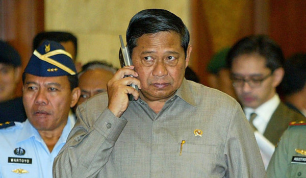 Indonesian President Susilo Bambang Yudhoyono (C) talks on mobile phone ahead of Jakarta's one-day summit on tsunami relief